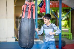 Kind mit Boxsack